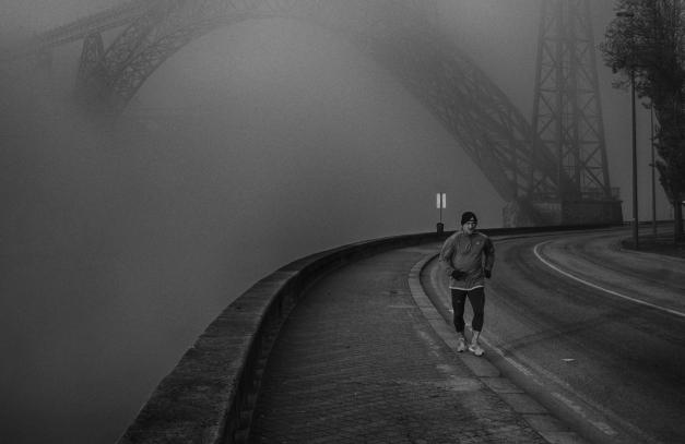 atleta rio douro dom luis porto p&b fotografia de rua